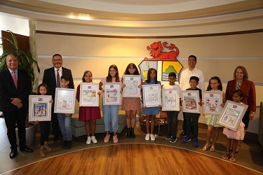 "Group picture of the winners of the drawing competition ""Love your dog"""