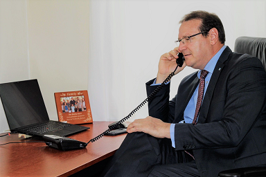 Governor of Aruba, Alfonso Boekhoudt, calls Aruban residents to congratulate them on their Royal Decoration.