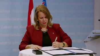 Prime Minister of Aruba Evelyn Wever-Croes signs agreement on the third tranche of liquidity support 2020.